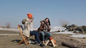 Φίλη σε ένα πεζοπορώ Σχάρα στη φύση απόθεμα βίντεο