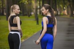 Φίλη δύο αθλητισμού στο τρέξιμο βραδιού Στοκ Εικόνες