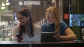 Φίλοι γυναικών που διασκεδάζουν με το μαξιλάρι στον καφέ απόθεμα βίντεο