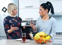 Φίλοι γυναικών που πίνουν τον καφέ και την ομιλία Στοκ φωτογραφία με δικαίωμα ελεύθερης χρήσης