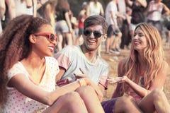 Φίλοι με τα χρωματισμένα ενδύματα και τα πρόσωπα Στοκ Εικόνες