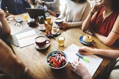 Φίλοι ποικιλομορφίας που συναντούν την έννοια 'brainstorming' καφετεριών στοκ εικόνες