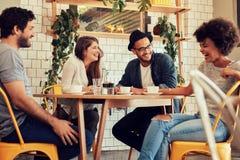 Φίλοι που έχουν έναν μεγάλο χρόνο στον καφέ Στοκ Φωτογραφία