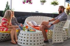 Φίλοι που έχουν τα ποτά στο σύγχρονο φραγμό Στοκ εικόνα με δικαίωμα ελεύθερης χρήσης