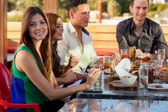Φίλοι που έχουν τη διασκέδαση και που τρώνε έξω στοκ φωτογραφίες
