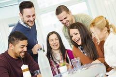 Φίλοι που έχουν τη διασκέδαση στον καφέ Στοκ φωτογραφία με δικαίωμα ελεύθερης χρήσης