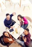 Φίλοι που έχουν τη διασκέδαση στον καφέ Στοκ Φωτογραφίες