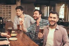 Φίλοι που έχουν τη διασκέδαση στο μπαρ Στοκ φωτογραφίες με δικαίωμα ελεύθερης χρήσης