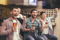 Φίλοι που έχουν τη διασκέδαση στο μπαρ Στοκ εικόνες με δικαίωμα ελεύθερης χρήσης