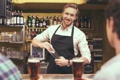 Φίλοι που έχουν τη διασκέδαση στο μπαρ Στοκ εικόνα με δικαίωμα ελεύθερης χρήσης