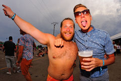 Φίλοι που έχουν τη διασκέδαση FIB στο φεστιβάλ Στοκ φωτογραφία με δικαίωμα ελεύθερης χρήσης