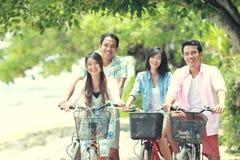Φίλοι που έχουν το οδηγώντας ποδήλατο διασκέδασης από κοινού Στοκ Εικόνες