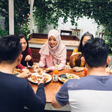 Φίλοι που απολαμβάνουν το γεύμα στο υπαίθριο εστιατόριο Στοκ φωτογραφίες με δικαίωμα ελεύθερης χρήσης