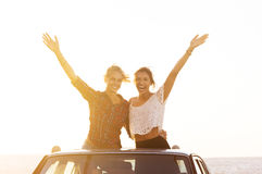 Φίλοι που απολαμβάνουν το οδικό ταξίδι Στοκ φωτογραφία με δικαίωμα ελεύθερης χρήσης