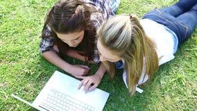 Φίλοι που βρίσκονται μαζί χρησιμοποιώντας ένα lap-top φιλμ μικρού μήκους