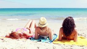 Φίλοι που βρίσκονται στην παραλία φιλμ μικρού μήκους