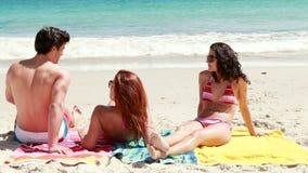 Φίλοι που βρίσκονται στην παραλία απόθεμα βίντεο