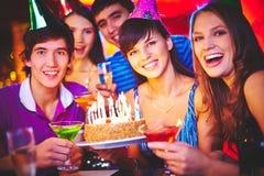 Φίλοι που γιορτάζουν τα γενέθλια Στοκ Φωτογραφία