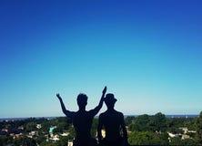 Φίλοι που θαυμάζουν το τοπίο από ένα μπαλκόνι στοκ φωτογραφία