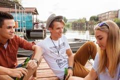 Φίλοι που καταψύχουν κοντά στη λίμνη Στοκ Φωτογραφίες