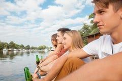 Φίλοι που καταψύχουν κοντά στη λίμνη Στοκ Εικόνες