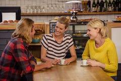 Φίλοι που πίνουν το espresso Στοκ εικόνα με δικαίωμα ελεύθερης χρήσης