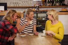 Φίλοι που πίνουν το espresso Στοκ Εικόνες