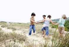 Φίλοι που παίζουν το δαχτυλίδι γύρω από το ροδοειδή Στοκ Εικόνα