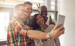 Φίλοι που παίρνουν την αυτοπροσωπογραφία πίνοντας Στοκ φωτογραφία με δικαίωμα ελεύθερης χρήσης