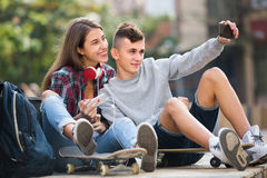 Φίλοι που παίρνουν την εικόνα για το selfie Στοκ εικόνα με δικαίωμα ελεύθερης χρήσης