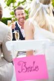 Φίλοι που προτείνουν τη φρυγανιά CHAMPAGNE στο γάμο Στοκ Εικόνα