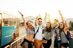 Φίλοι που ταξιδεύουν, που παίρνουν selfies και που χαμογελούν Στοκ Εικόνες