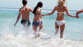 Φίλοι που τρέχουν στο νερό φιλμ μικρού μήκους
