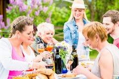 Φίλοι που τρώνε bbq το λουκάνικο και το κρέας Στοκ φωτογραφία με δικαίωμα ελεύθερης χρήσης