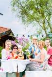 Φίλοι που τρώνε bbq το λουκάνικο και το κρέας Στοκ εικόνες με δικαίωμα ελεύθερης χρήσης