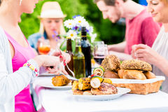 Φίλοι που τρώνε bbq το λουκάνικο και το κρέας Στοκ φωτογραφίες με δικαίωμα ελεύθερης χρήσης