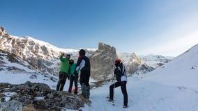Φίλοι σε ένα παγωμένο βουνό Στοκ εικόνες με δικαίωμα ελεύθερης χρήσης