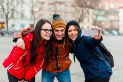 Φίλοι σε ένα τουριστικό κέντρο πόλεων, που παίρνει ένα selfie στοκ εικόνες