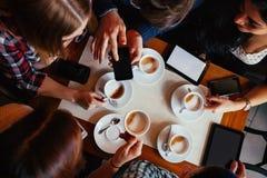 Φίλοι στον καφέ κατανάλωσης καφέδων στοκ εικόνες
