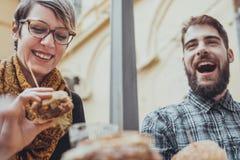 Φίλοι στο εστιατόριο γρήγορου φαγητού Στοκ φωτογραφίες με δικαίωμα ελεύθερης χρήσης