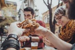 Φίλοι στο εστιατόριο γρήγορου φαγητού Στοκ Εικόνες