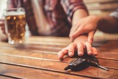 Φίλοι στο μπαρ στοκ εικόνα με δικαίωμα ελεύθερης χρήσης