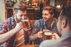 Φίλοι στο μπαρ στοκ εικόνες