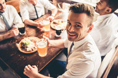 Φίλοι στο μπαρ στοκ φωτογραφία με δικαίωμα ελεύθερης χρήσης