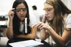 Φίλοι σχολικών κοριτσιών που μαθαίνουν την επιστήμη στην τάξη εργαστηρίων Στοκ φωτογραφίες με δικαίωμα ελεύθερης χρήσης