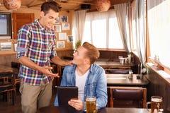 Φίλοι της Νίκαιας που πίνουν την μπύρα Στοκ Εικόνες
