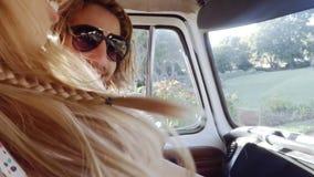 Φίλοι Hipster στο φορτηγό τροχόσπιτων απόθεμα βίντεο