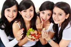 Φίλος γυναικών που έχει τη σαλάτα από κοινού Στοκ εικόνες με δικαίωμα ελεύθερης χρήσης