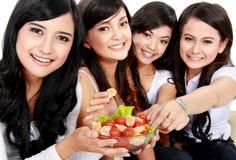 Φίλος γυναικών που έχει τη σαλάτα από κοινού Στοκ Εικόνα