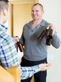 Φίλος επίσκεψης που έφερε την μπύρα Στοκ Φωτογραφίες